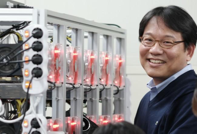 인공지능 컴퓨터의 데이터를 확인하는 윤성로 교수 - 서울대 공대 제공